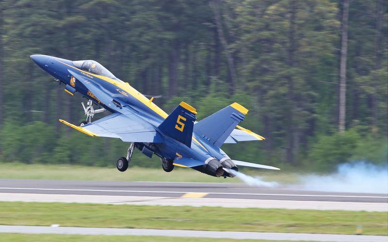 Un F/A-18 des Blue Angels réalise un atterrissage d'urgence