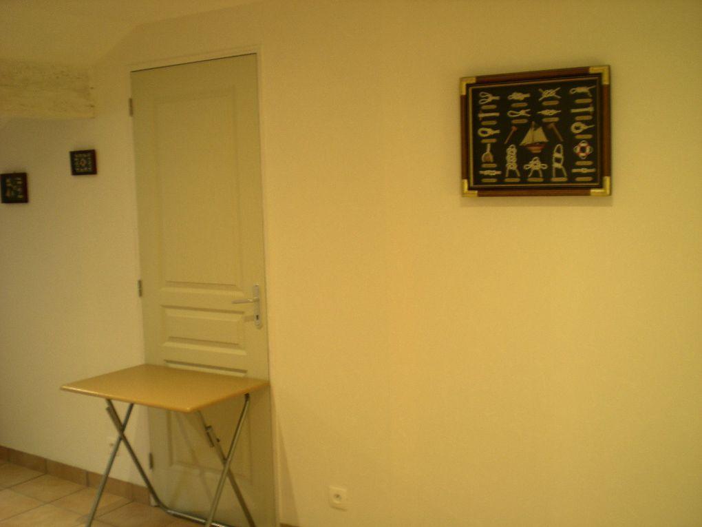 Lit en 140 avec placard/penderie, table et 2 chaises