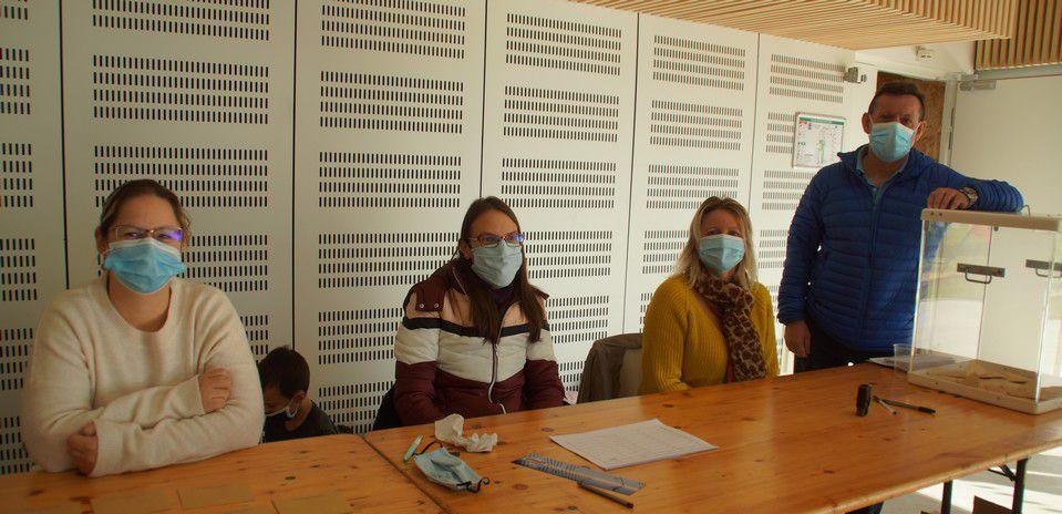 Vanessa, Amandine, Séverine et le maire, Dominique Savot, tiennent le bureau de vote.