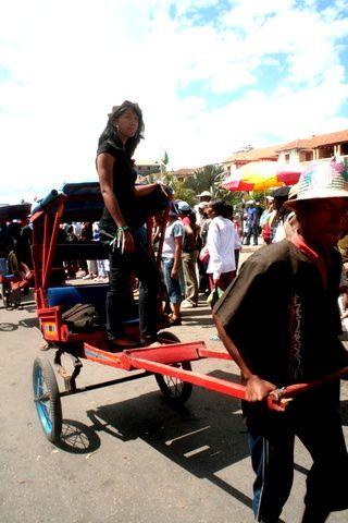 Grand Carnaval sur le thème de la colonisation, sur l'avenue de l'Indépendance. Quelques participants. Photos d'Andry Rakotonirainy.