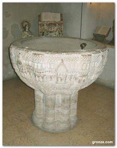 Pila bautismal del siglo XII perteneciente de la iglesia de la Virgen de la Calle, en Redecilla del Camino (Burgos)