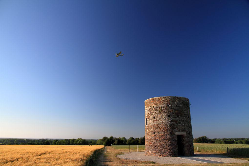 Du tertre du moulin du Hutrel, à St Martin le Vieux, d'où la vue s'étend vers la mer, les iles et la campagne, balade photo jusqu'au Havre de la Vanlée et la plage. Coucher de soleil garanti.