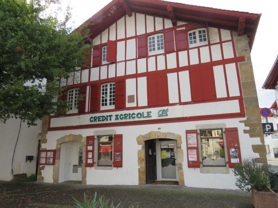 Village aux maisons typiques du Pays Basque, célèbre pour son piment rouge AOP