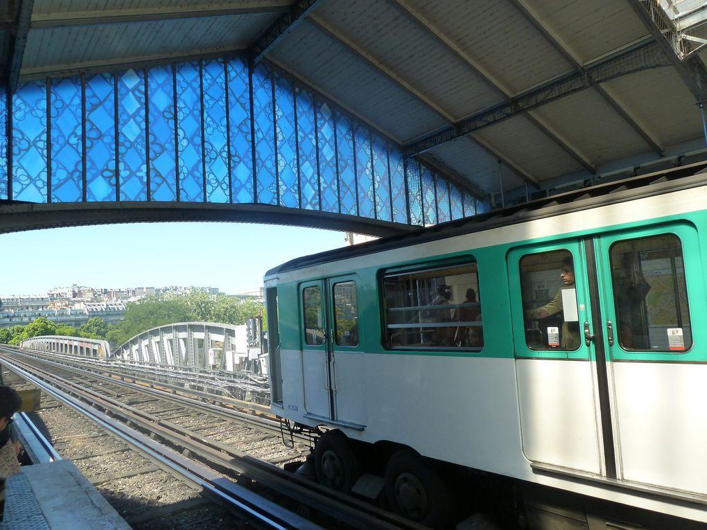 On termine notre promenade en passant devant notre chère Tour Eiffel, et le pont de Bir-Hakeim, anciennement viaduc de Passy. A deux niveaux, d'une longueurde 247 mètres pour une largueur de 25 m, a été construit entre 1903 et 1905 par l'ingénieur Louis Biette et l'architecte Jean-Camille Formigé. Le niveau inférieur comporte deux voies routières de 6 m de large, séparées par un promenoir et deux trottoirs de 2 m de large, le niveau supérieur est réservé au passage de la ligne de métro Nation-Charles-de-Gaulle-Étoile (ligne 6). En 1942, les poteaux métalliques supportant le viaduc supérieur du chemin de fer métropolitain ont été modifiés pour soutenir des rames plus lourdes, en 1949, il est rebaptisé pont de Bir-Hakeim en souvenir d'une victoire Française sur les Allemands, remportée en Libye. Retour à la maison par le métro.