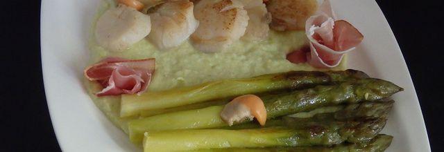 Asperges vertes et noix de Saint Jacques, sauce crémeuse aux poireaux et jambon sec