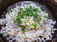 2 - Dans un bol, mélanger les dés d'avocat et le tartare de Saint Jacques, assaisonner avec sel, poivre et une pincée de piment d'Espelette, et incorporer le jus de citron vert.  Verser 1 cuil. à soupe d'huile d'olive sur les cubes de mangue. Ciseler le persil. Mélanger dans un récipient le crabe effiloché avec 1 cuil.à soupe de mayonnaise, l'échalote taillée et la moitié du persil ciselé.  Mettre l'ensemble des préparations au frais. Peler les pommes de terre refroidies, couper en rondelles moyennes et les emporte-piécer de façon à avoir un joli visuel.