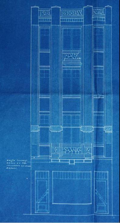 Premier plan, 44 rue Saint-Aubert, Horlogerie - 44 rue Saint-Aubert, 1928 (détail) - Photo d'époque, 1922, source : médiathèque d'Arras. Il est difficile de déterminer avec précision la numérotation des maisons situées à gauche de la photographie. Cependant la construction antérieure à cet immeuble se situe dans les premières maisons après la publicité « savon pour la barbe ».