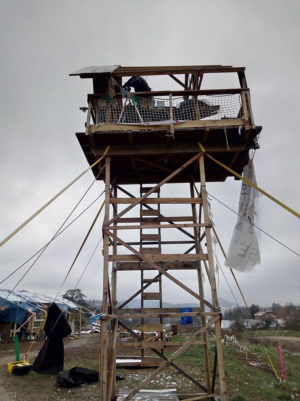 démontage de la vigie des Vaîtes - 1ère étape dévisser le toit en étant assuré et sécurisé par son baudrier d'escalade