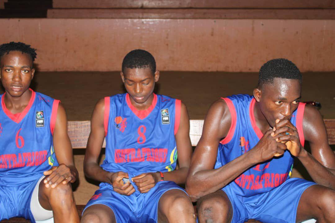 Thierry Serge Darlan assis au milieu sur la photo avec le n°8