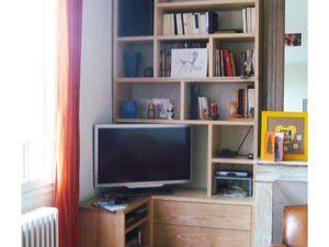 en bas : tiroirs CD et DVD, aménagement audio / vidéo  -  en haut : caissons pour rangement livres et divers
