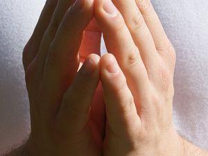 Mains jointes de la prière - l'élan ogival...
