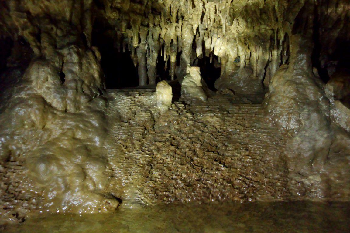 la grotte marine (en eau douce) voisine