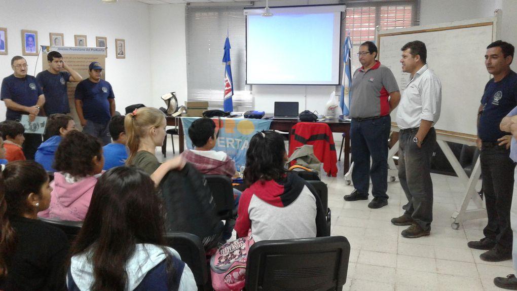 Los estudiantes del proyecto Jóvenes Promotores del Pro-Huerta en Las Breñas, recibieron hoy la visita del cuerpo de Bomberos Voluntarios.