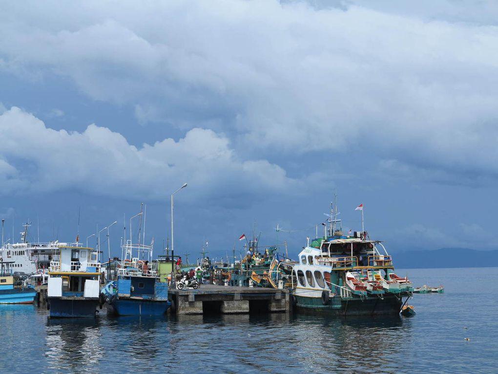 mousson arrivant au-dessus du port de Ternate