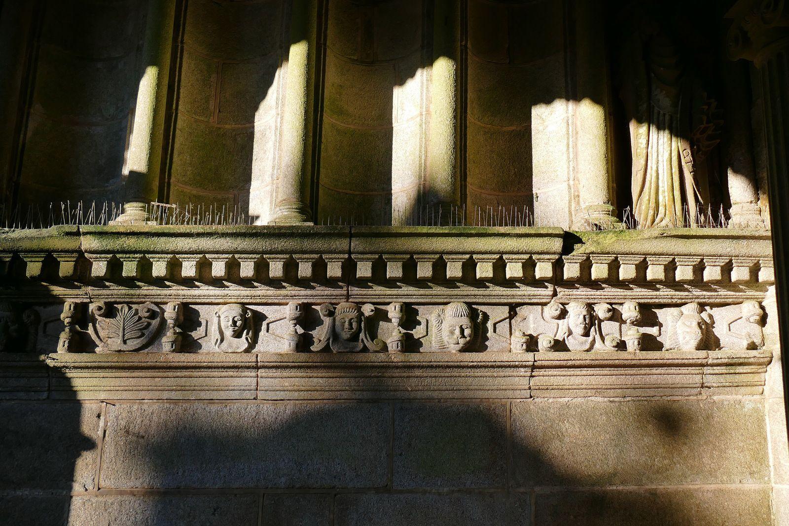 Frise (granite, 1599) de l' intérieur du clocher-porche (1599)  de l'église de Saint-Thégonnec. Photographie lavieb-aile.