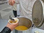 Soup / no soup, performance de Rirkrit Tiravanija, une soupe populaire au Grand Palais