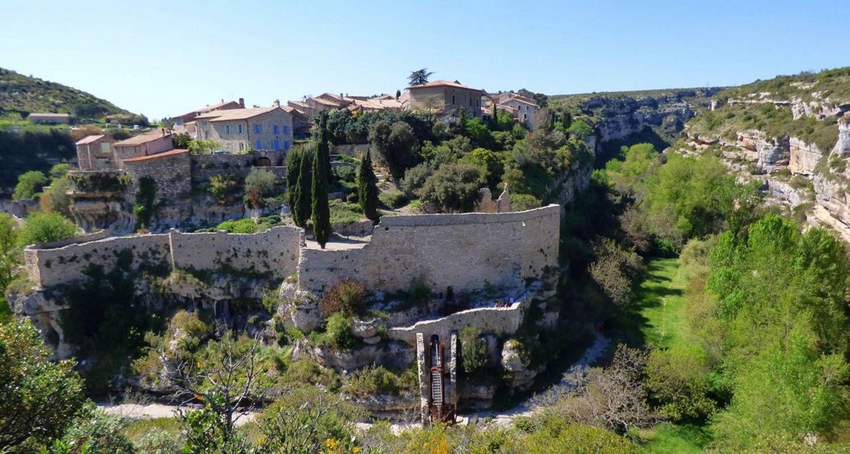 Magnifique petit village médiéval perché en haut d'une montagne dans un paysage magnifique. Une petite balade dans ses rues atypiques et des vestiges des fortifications.