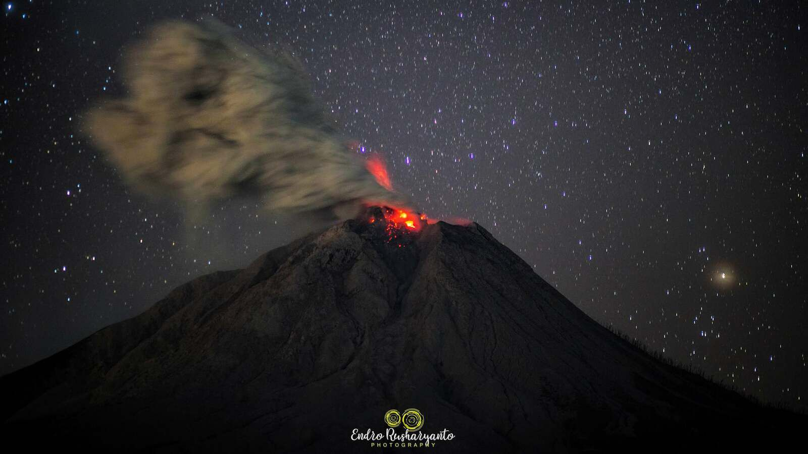 Sinabung - 03.10.2021 / 11:10 pm - photo Endro Rusharyanto