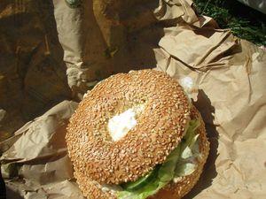 alors moi j'ai pris un menu américain, monsieur un menu bagel Alaska et la miss un menu beef burger pour un total de 22,20 euros