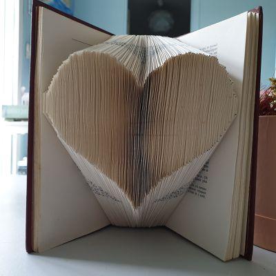 Livre plié en forme de coeur