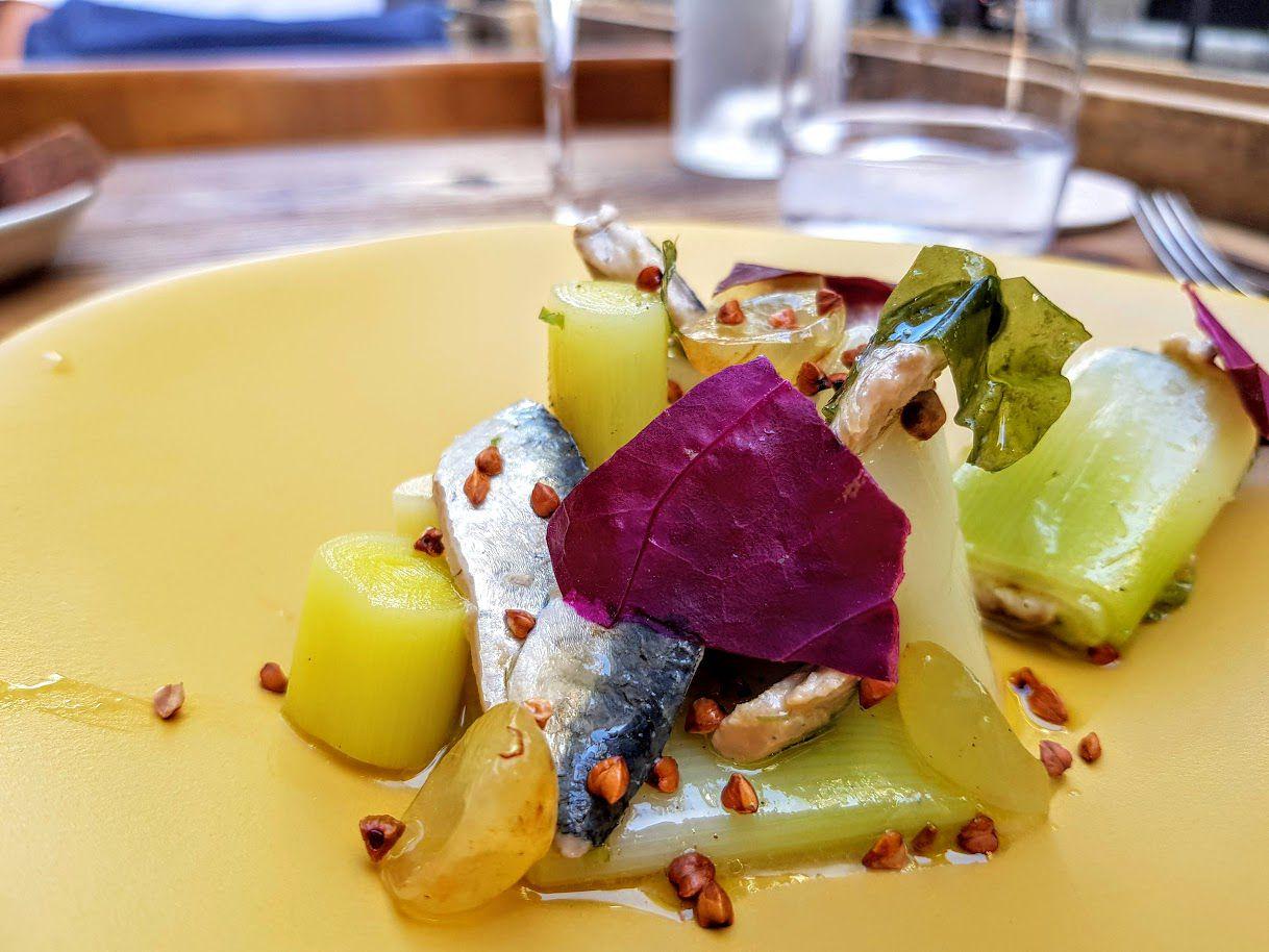 Sardines marinées, poireau, raisin Kémia restaurant Paris 9