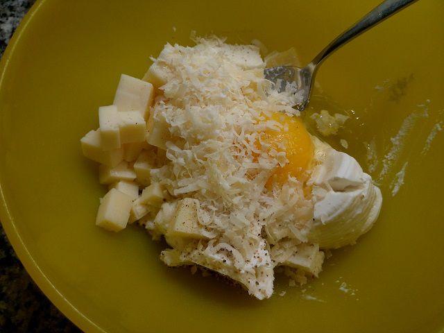 Torta salata con ripieno di Asiago, ricotta, mozzarella grana e uovo