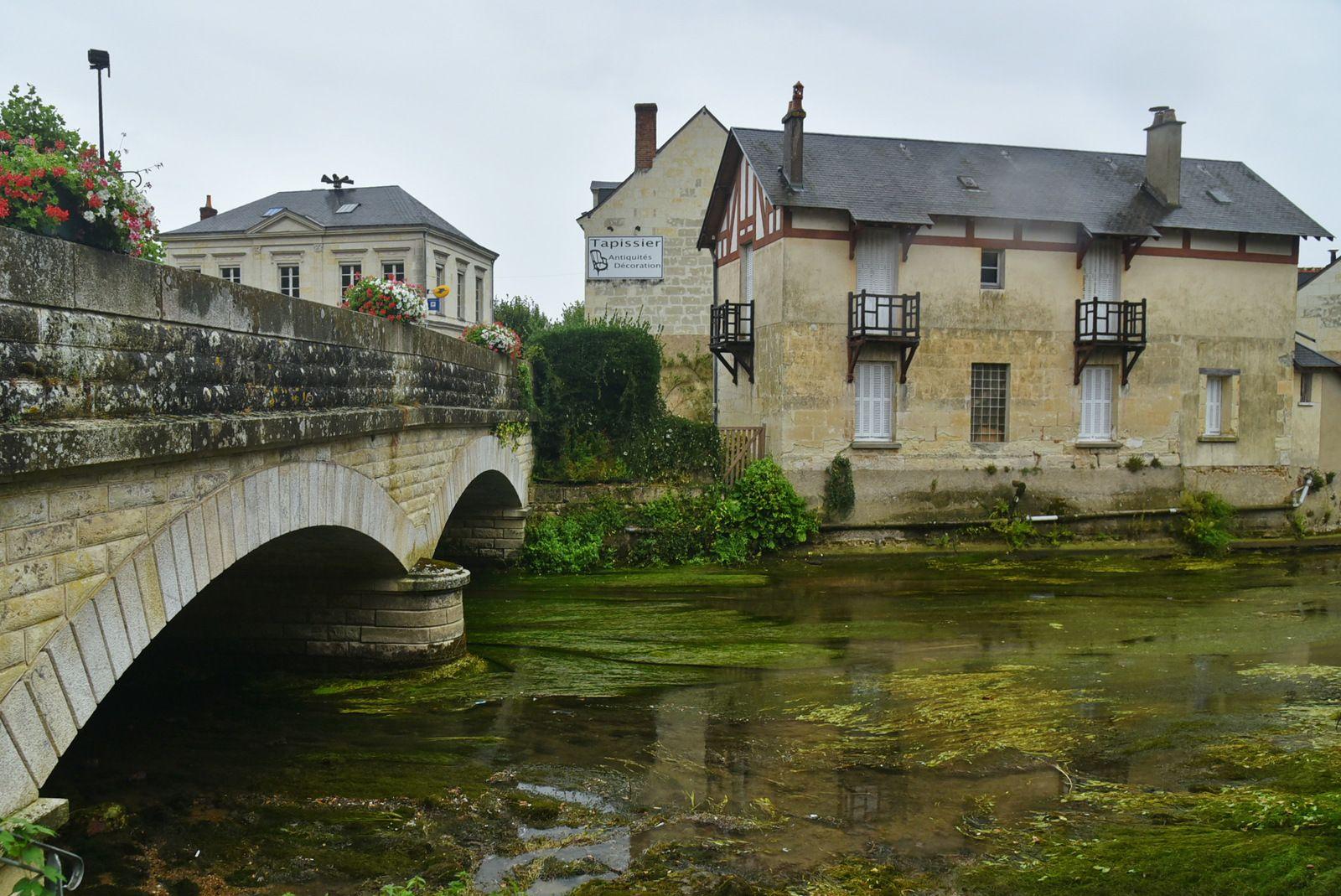 Un jour de pluie au bord du Loir, une grande armoire à livres ... d'échanges gratuits (Photos Fcn, le 16 septembre 2021)