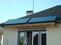 Les capteurs solaires sont positionnés en bordure de toit pour être le plus bas possible et pour servir de pare-soleil pendant l'été.