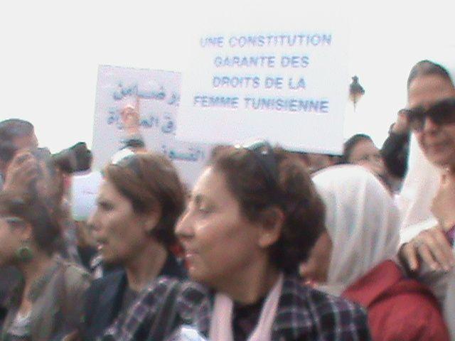 Des centaines de femmes tunisiennes de toutes catégories sociales et socio-professionnelles se sont manifestées le 02.11.211 à la place de la kasba portant des slogans appelant à la préservation de leurs droits et la protection de leurs acquis.