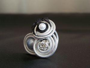 bague en fil métallique et perles
