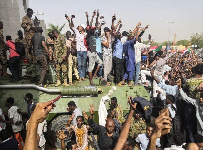 Manifestantes contra el régimen de Omar al Bashir masacrados en Sudán.- El Muni.