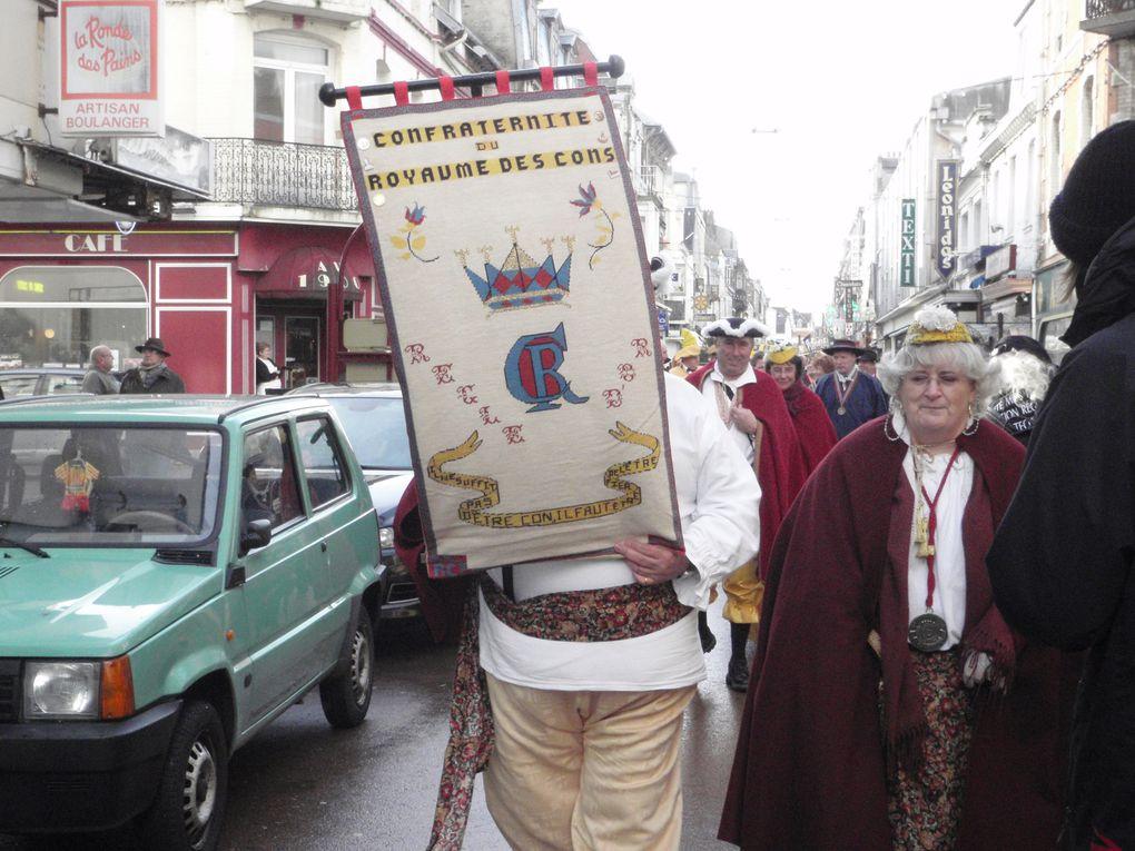 En novembre 2009 des confrères de passage à Berck-sur-Mer (Pas-de-Calais) assistent à un défilé de confréries invitées par la Confrérie du Hareng côtier.
