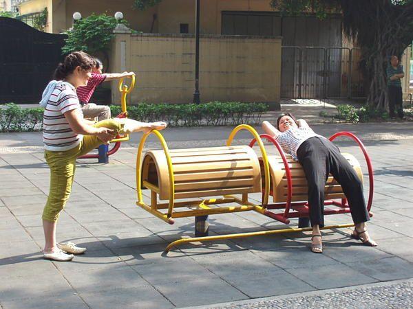 Dans toute la Chine les jardins accueillent des vieux qui y conduisent de nombreuses activités. A côté d'arrêts de bus, de stations de métro, des appareils de fitness sont installés qui permettent de voir une population qui signale ainsi son dynamisme. Il n'y a que les touristes qui s'arrêtent pour photographier ces aventuriers des villes.