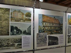 Wie der Name Weiße Mühle ausdrückt, befindet sich die Halle auf dem einstigen Areal einer aufgelassenen Mühle, das 1966 in das Eigentum der Gemeinde übergegangen war. Eine Ausstellung im Foyer dokumentierte, dass lange Jahre mit dem baufälligen Anwesen nichts geschah.