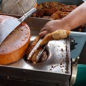Vu au marché (20) - Poulet frit... haché ! - Noy et Gilbert en Thaïlande