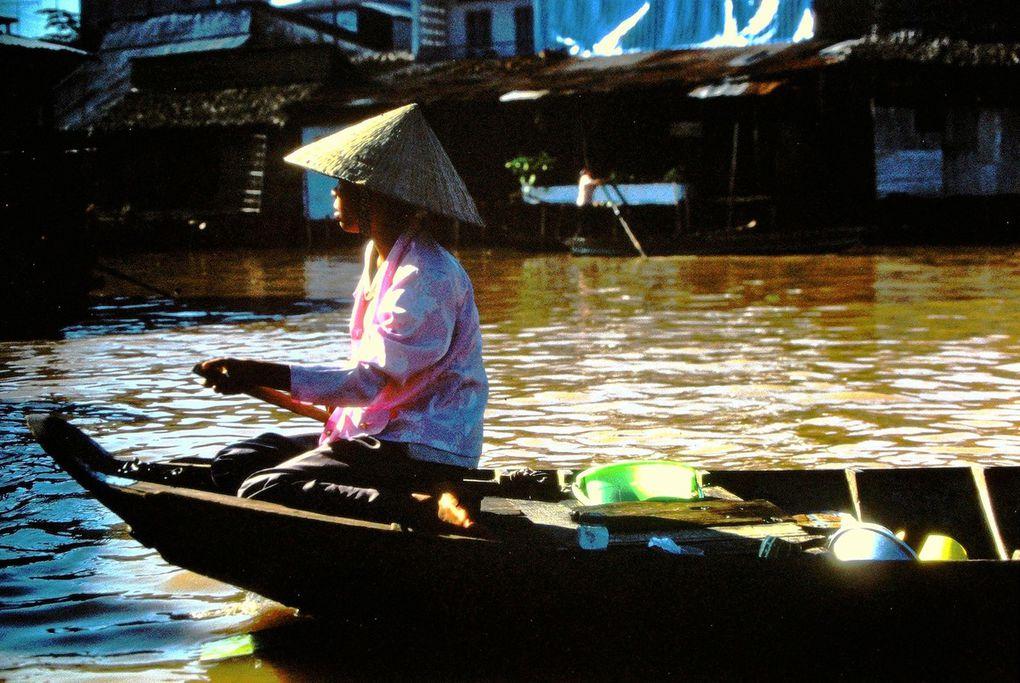 Le Mékong et sa couleur marron, le soir, les canaux du sud, la mer de Chine et China beach ( dernières dias ) près de Nha Trang - où les GI's venaient passer leur permission. Se déplacer sur l'eau ou au bord de l'eau fait partie de la vie des Vietnamiens, des touristes; les buffles, quant à eux se rafraichissent dans l'eau...