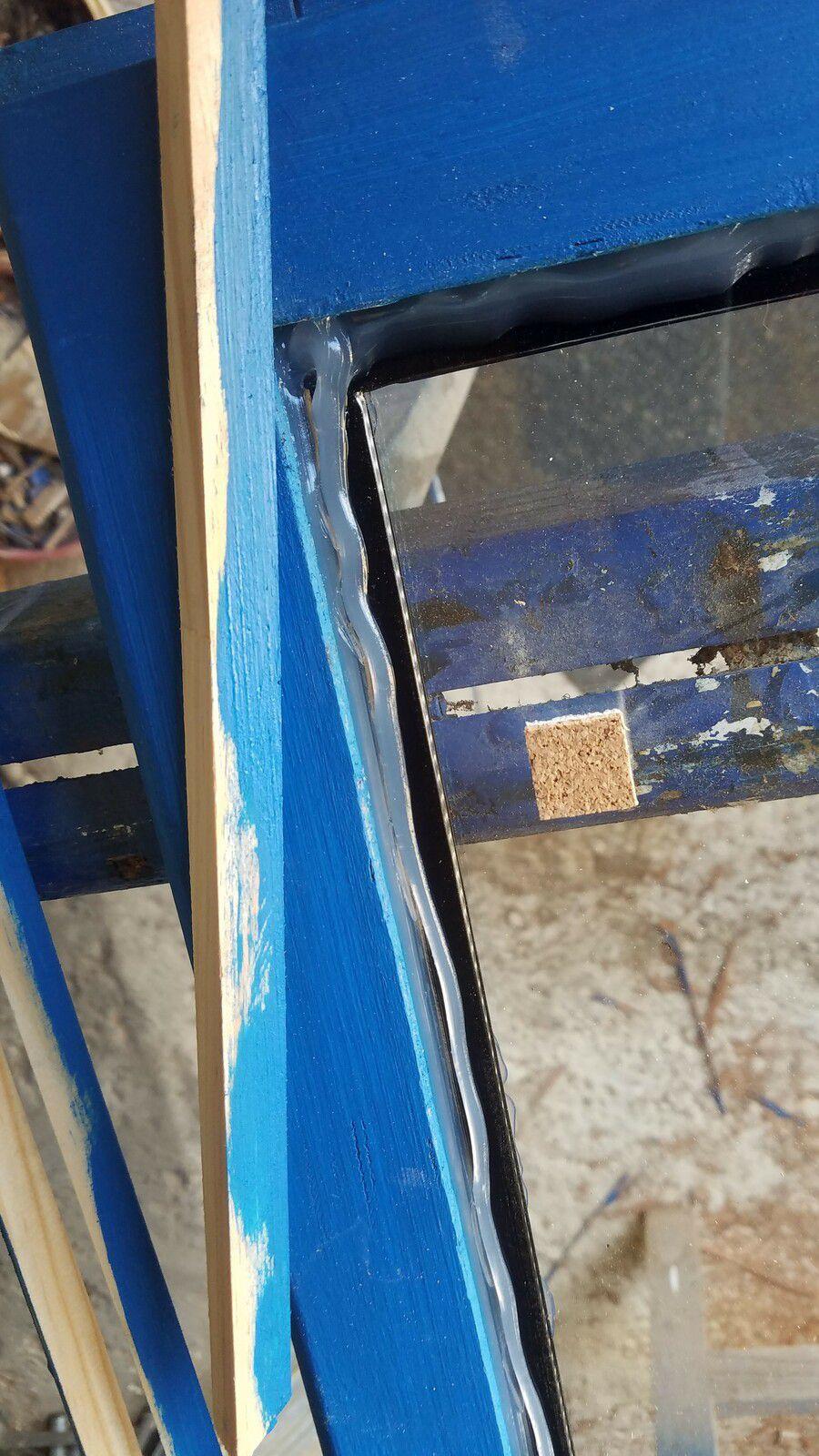 silicone invisible en dessous et dessus, découpe de mes baguettes et un peu de peinture sur les faces qui seront en contact avec la vitre, car si non on perçoit le bois naturel