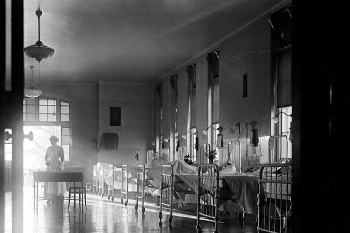 Même si la COVID-19 paraît encore bénigne comparativement aux millions de morts qu'a faits la grippe de 1918, on constate que l'histoire se répète. Ici, une photographie prise à l'Hôpital général de Toronto en 1913.  CRÉDIT : ARCHIVES DE LA VILLE DE TORONTO.
