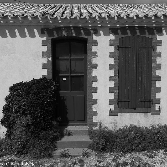 Partis quelques jours en Vendée dans une période qui accueillait peu de touristes, j'ai eu l'idée de faire quelques photos au format carré & en noir et blanc. Ce sont surtout les façades de quelques maisons qui m'on donné cette idée.