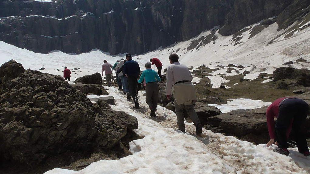 Avant de s'en retourner, quelques Godillot.e.s se plaisent à aller toucher le glacier, pénétrer dans le cirque.