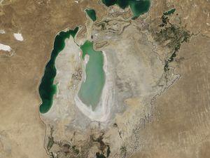 Niveau de la mer d'Aral, en 2005 et en 2007 - En 2005, une digue ferme la jonction en la petite mer d'Aral, au nord, et la grande mer d'Aral, au sud. Photos : Nasa