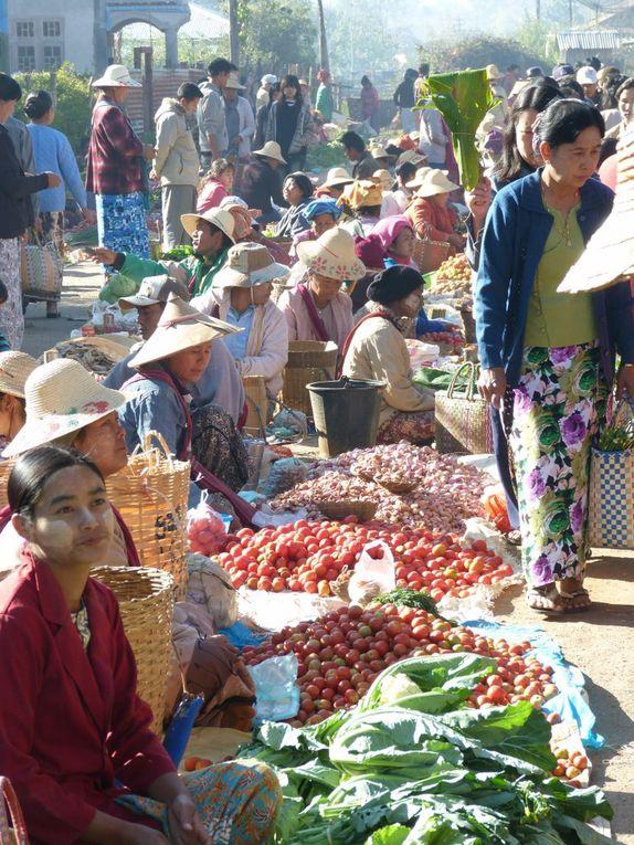 Images saisies sur la route, durant le trajet  puis au marché très coloré et enfin  léglise sur les hauteurs de la ville