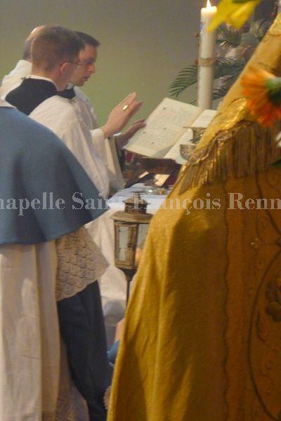 Confirmations et messe célébrées dans la forme extraordinaire du rite romain par SER Mgr Pierre d'Ornellas, archevêque de Rennes, Dol et Saint Malo, le dimanche 21 avril 2013 en la chapelle Saint François de Rennes.