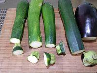 1 - Laver, éplucher les courgettes et les aubergines (vous pouvez laisser la peau si légumes bio). Les tailler en fines lanières à l'aide d'un épluche légumes ou à défaut au couteau. Peler, dégermer l'ail et le hacher. Laver et ciseler l'origan et le persil.