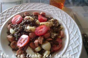 Salade de lentilles , saucisses, tomates, emmental.