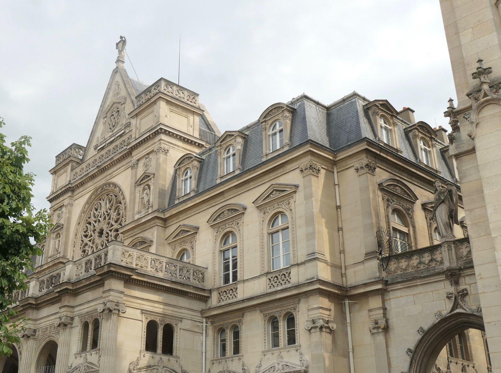 Fresque à l'intérieur de l'Eglise St Germain Auxérois, le cadran solaire sur  le Beffroi, L'église et la mairie du 1er quasiment identique l'entrée (fermée) du bestiaire