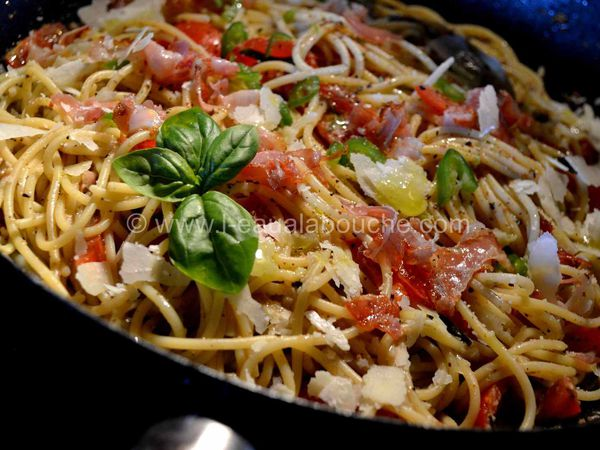 Spaghetti au Pesto d'Olives Tomates et Jambon Cru
