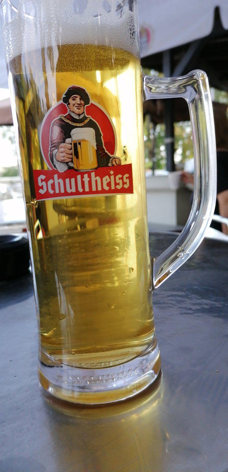 Ein Bier, eine fette Bockwurst am Löwen als Zwischenmahlzeit. Die Hälfte der Strecke ist geschafft.