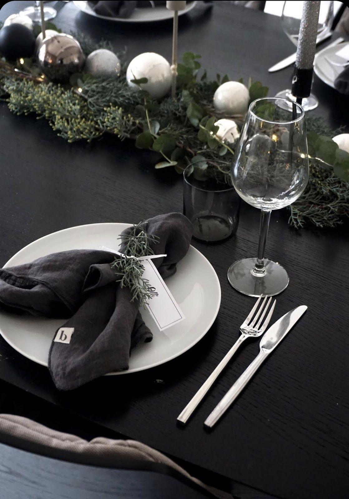 On décor l'assiette, serviette ou un petit cadeau assiette, tout en harmonie de ton !