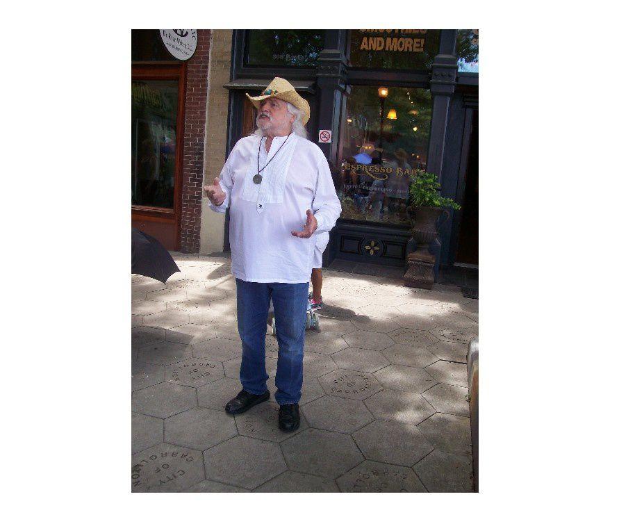 Américano : J'espère que tu ne comptes pas ressortir ta tenue qui ne serait vraiment pas appropriée pour te promener en ville ! Tu peux garder le chapeau comme mon ami Fred...